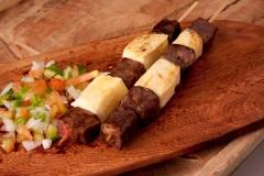 Espetinho de carne de sol com queijo coalho